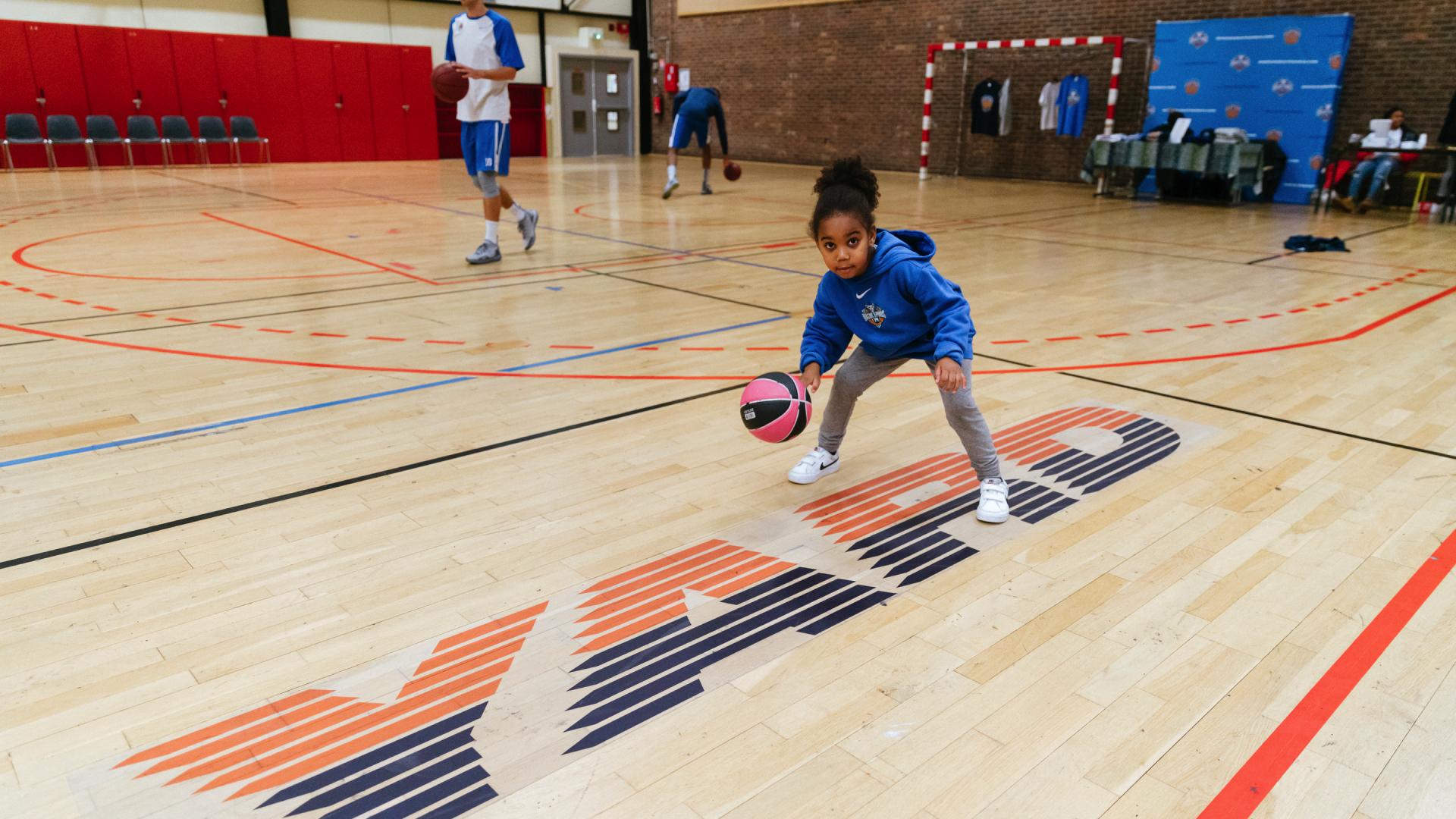 Jeune fille jouant au basket.